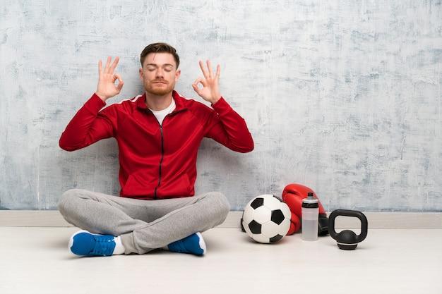 Homem de esporte ruiva em pose de zen