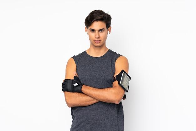 Homem de esporte sobre branco com braços cruzados