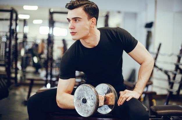 Homem de esportes em um ginásio de manhã