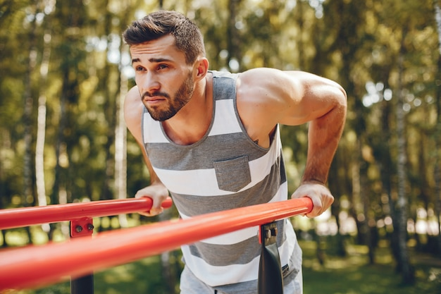 Homem de esportes em um parque de verão de manhã