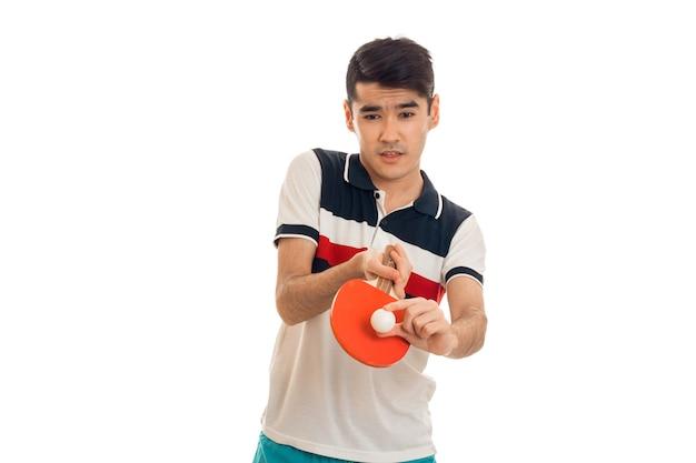 Homem de esportes jogando pingue-pongue isolado no fundo branco Foto Premium