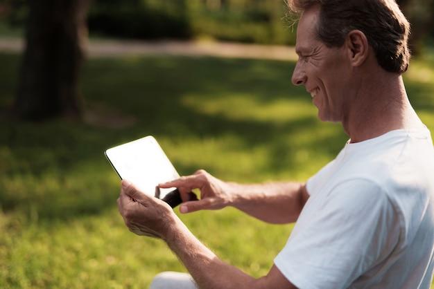 Homem de esportes sorrindo. o homem tem um descanso no parque.