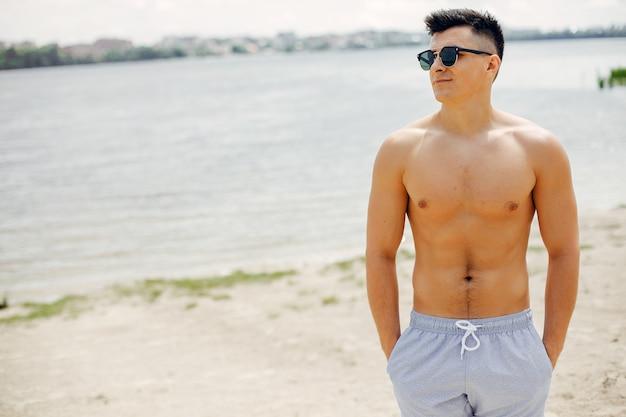Homem de esportes treinando na praia