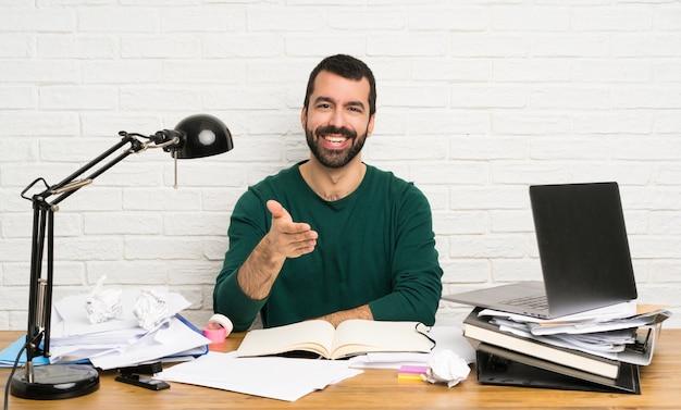 Homem de estudante apertando as mãos para fechar um bom negócio