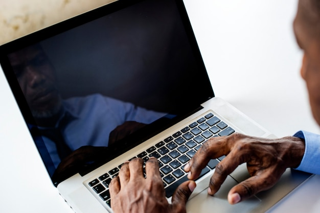 Homem de etnia africana trabalhando no laptop