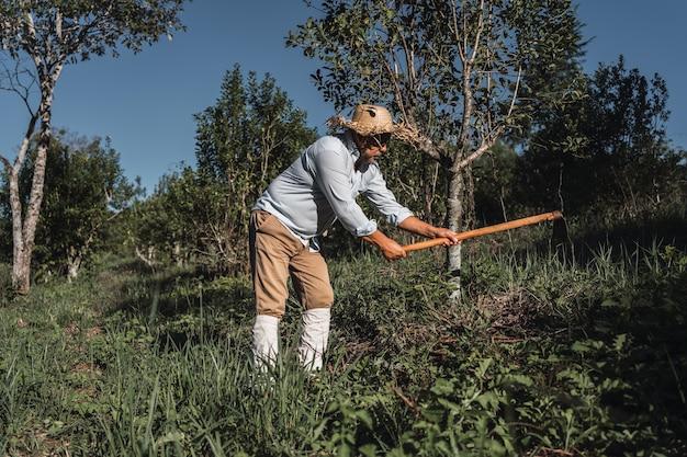 Homem de fazenda trabalhando na terra.