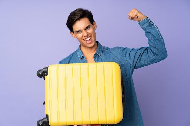Homem de férias com mala de viagem