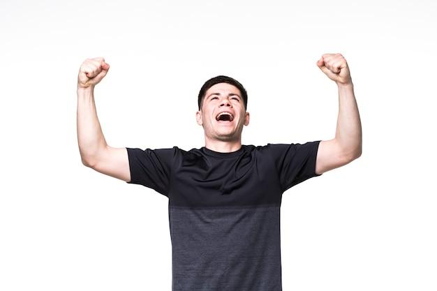 Homem de fitness animado com gesto de vencedor sobre branco
