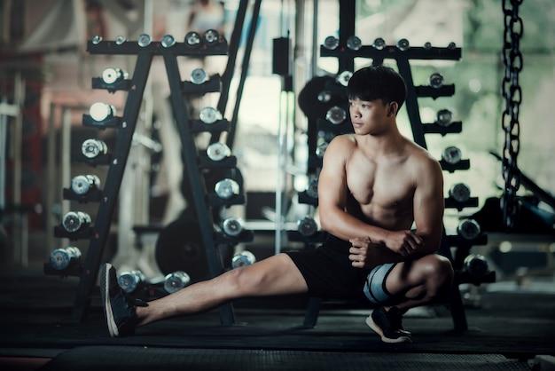 Homem de fitness se descontrolando no ginásio