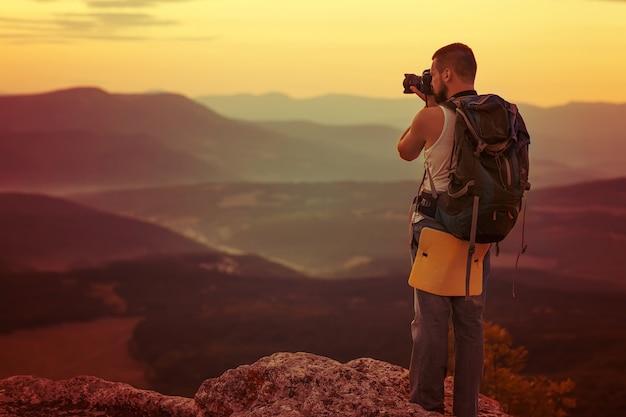 Homem de fotografia na montanha