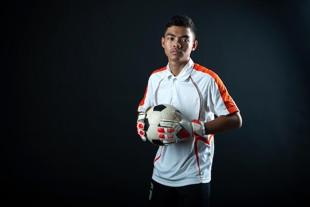 Homem de futebol jovem goleiro isolado da equipe de futebol da academia