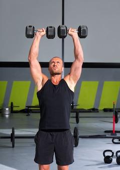 Homem de ginásio com halteres exercício crossfit