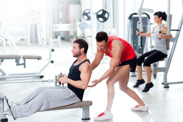 Homem de ginásio com personal trainer e mulher de fitness
