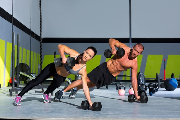Homem de ginásio e flexão de força push-up de mulher