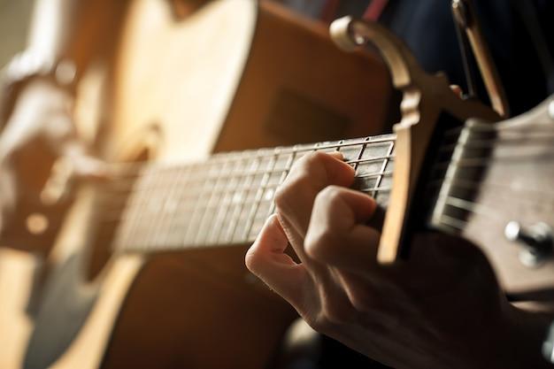 Homem de guitarra clássica.