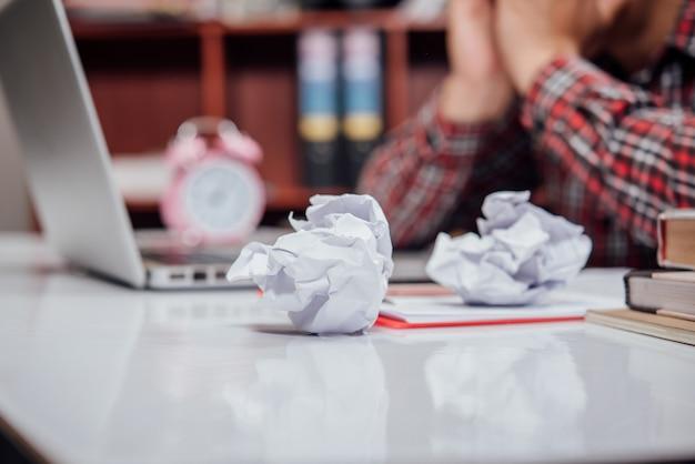 Homem, de, infeliz, businesspeople, sentando, em, escritório negócio