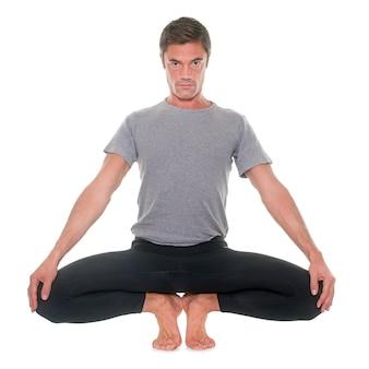 Homem de ioga isolado