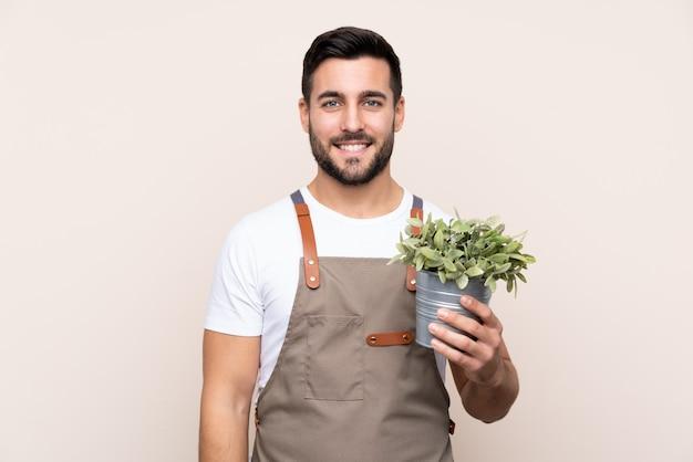 Homem de jardineiro sobre parede isolada