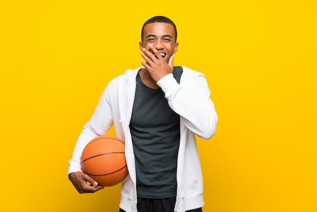 Homem de jogador de basquete americano africano com expressão facial de surpresa
