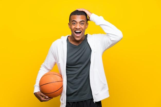 Homem de jogador de basquete americano africano com surpresa e expressão facial chocada