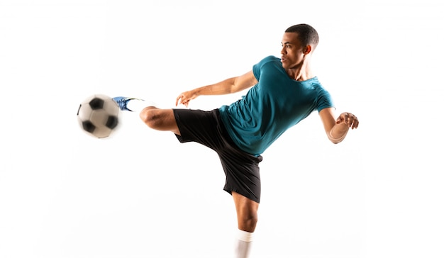 Homem de jogador de futebol afro-americano branco