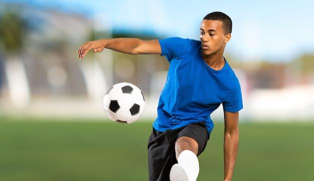 Homem de jogador de futebol americano africano ao ar livre
