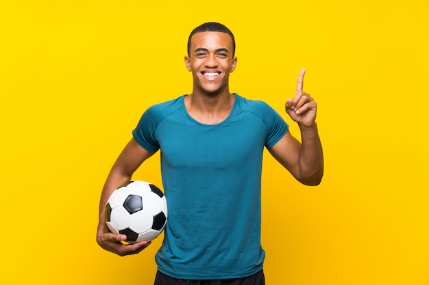 Homem de jogador de futebol americano africano apontando uma ótima idéia