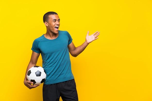 Homem de jogador de futebol americano africano com expressão facial de surpresa