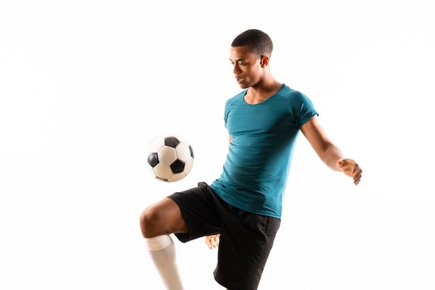 Homem de jogador de futebol americano afro isolado branco