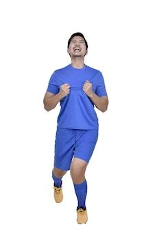 Homem de jogador de futebol asiático feliz comemorar depois de marcar um gol