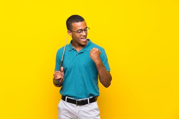 Homem de jogador de golfe americano africano celebrando uma vitória