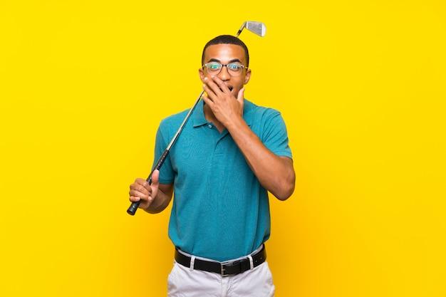 Homem de jogador de golfe americano africano com expressão facial de surpresa