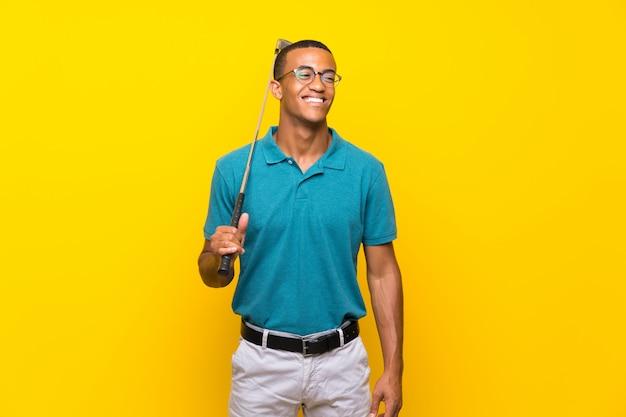 Homem de jogador de golfe americano africano sorrindo muito