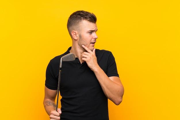 Homem de jogador de golfe pensando uma idéia e olhando de lado