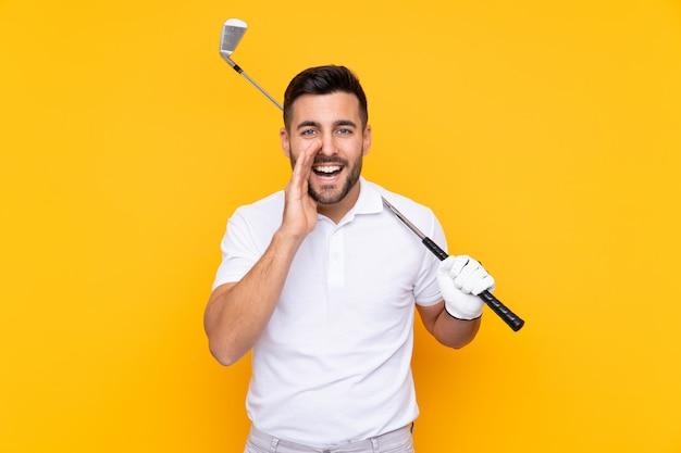 Homem de jogador de golfe sobre parede amarela isolada, gritando com a boca aberta