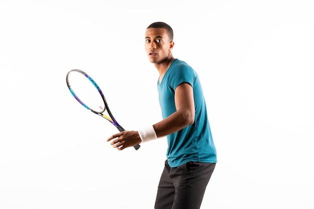 Homem de jogador de tênis afro-americano sobre fundo branco isolado