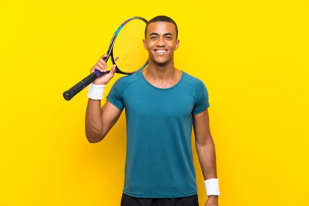 Homem de jogador de tênis americano africano sorrindo muito