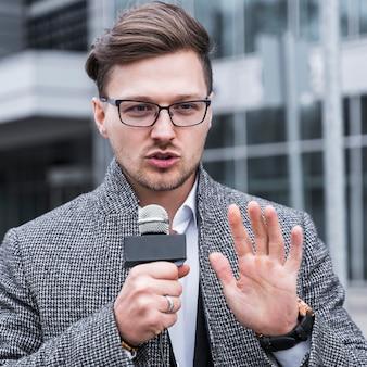 Homem de jornalista de vista frontal
