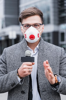 Homem de jornalista retrato com máscara