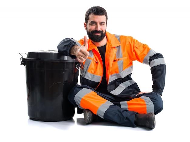 Homem de lixo com o polegar para cima