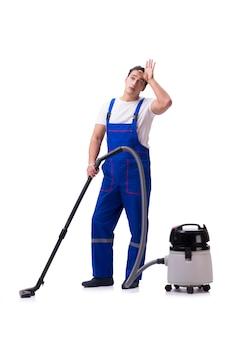 Homem de macacão fazendo limpeza a vácuo em branco
