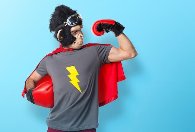 Homem de macaco super-herói forte em fundo colorido