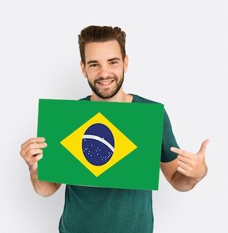 Homem de mãos dadas com o patriotismo da bandeira do brasil