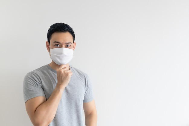 Homem de máscara branca, apresentando o espaço vazio da cópia no fundo isolado.