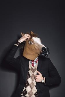 Homem de máscara de cavalo em estúdio
