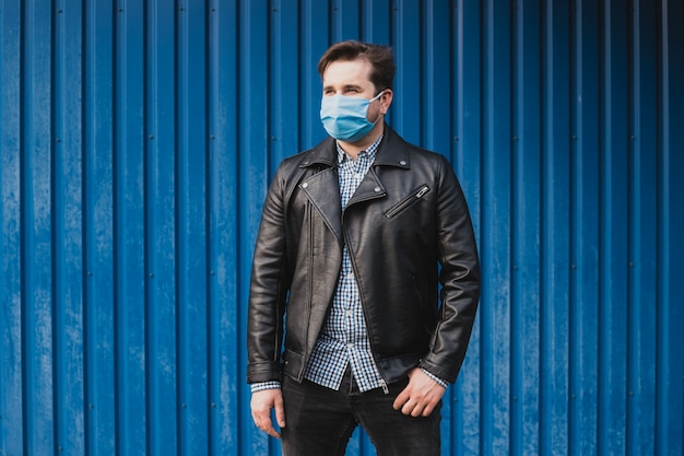 Homem de máscara protetora contra doenças infecciosas e gripe. conceito de cuidados de saúde. quarentena de coronavírus. lugar para texto