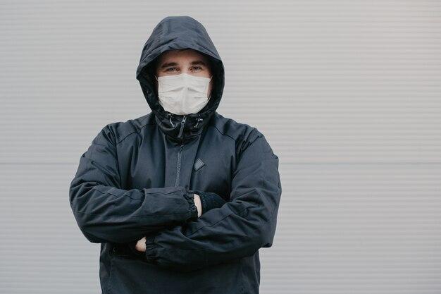 Homem de máscara protetora contra doenças infecciosas e gripe.