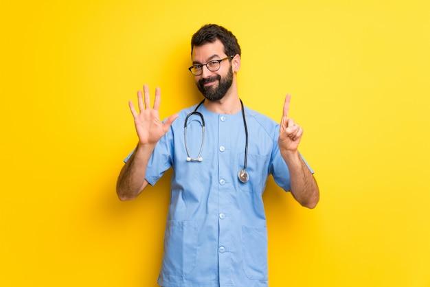 Homem de médico cirurgião contando seis com os dedos