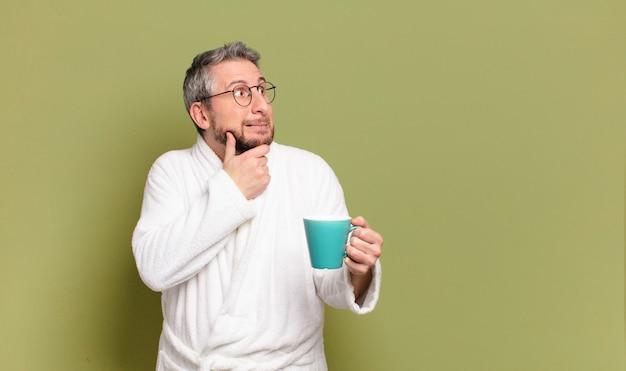 Homem de meia idade acordando com uma xícara de café