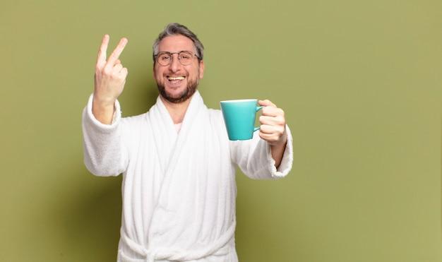Homem de meia-idade acordando com uma xícara de café